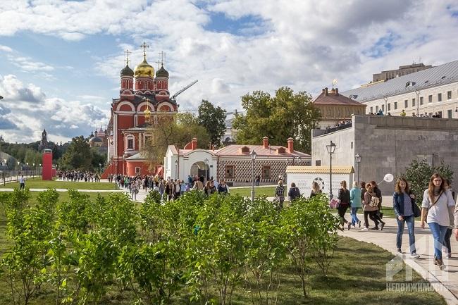 Парк Зарядье зеленая зона и культурная площадка в центре Москвы