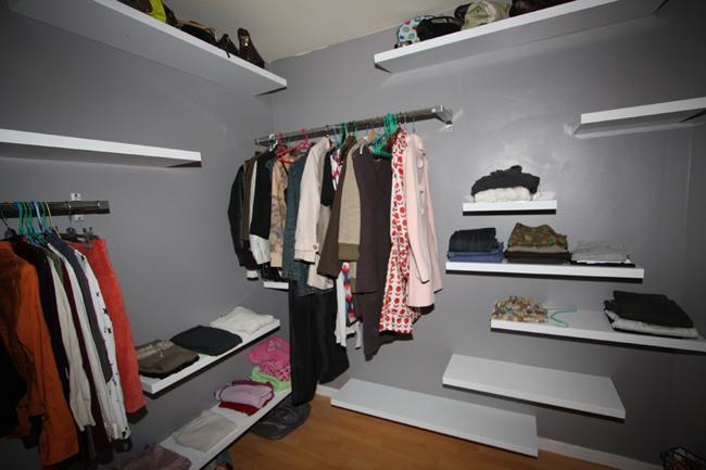 При проектировании системы хранения следует обращать внимание на количество длинных вещей в гардеробе