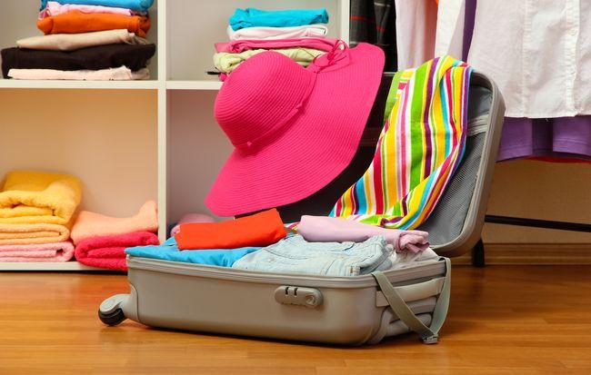 Рассчитывая количество секций шкафа и их размер, не забудьте оставить место для хранения крупных сумок и чемоданов