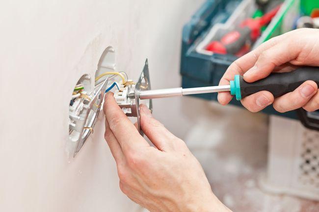 Замена розетки в доме: пошаговая инструкция