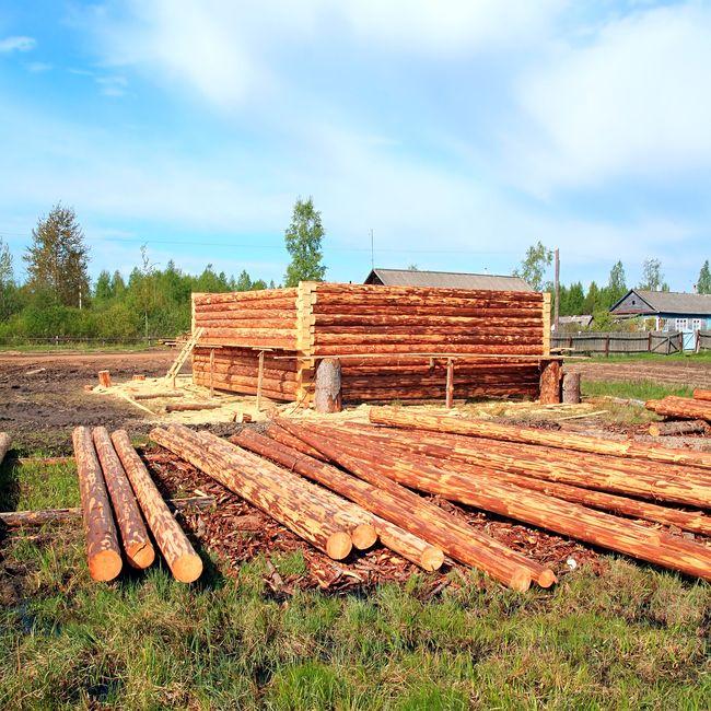 Бревенчатые бытовки делают из бревен размером 100х150 мм и выше